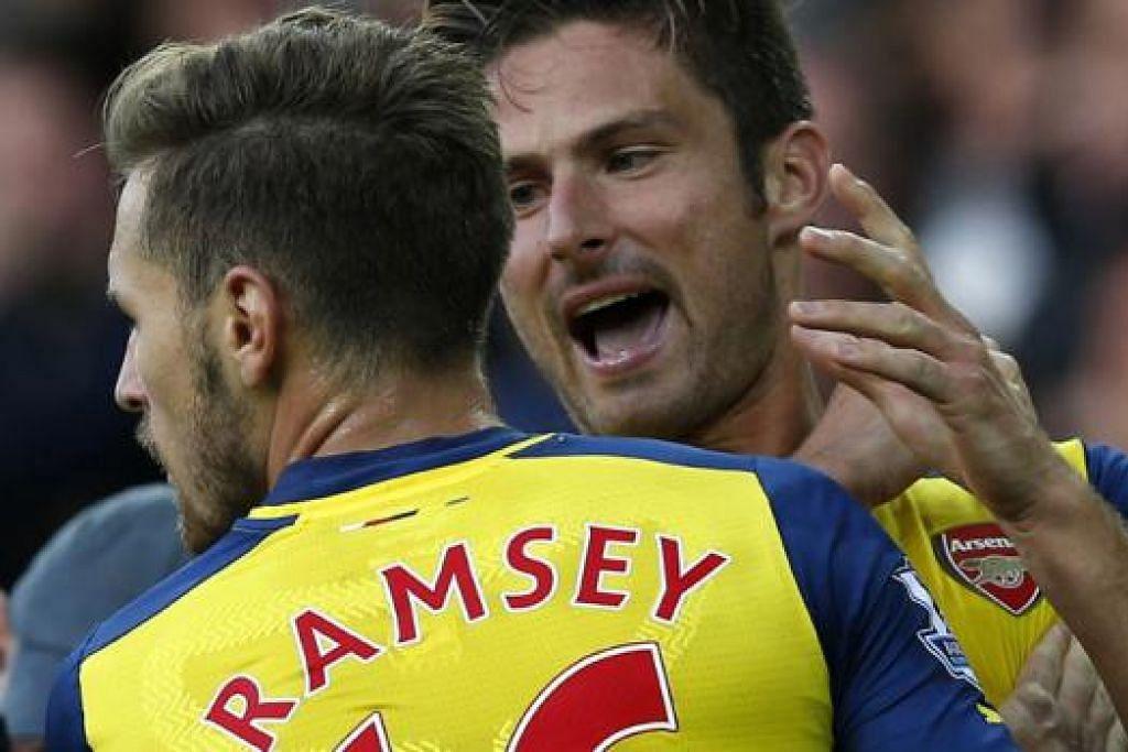 WIRA PASUKAN: Aaron Ramsey dan Olivier Giroud (kanan) berganding membantu Arsenal bangkit mengikat jaringan 2-2 setelah ketinggalan 2-0 kepada Everton di Goodison Park. - Foto REUTERS