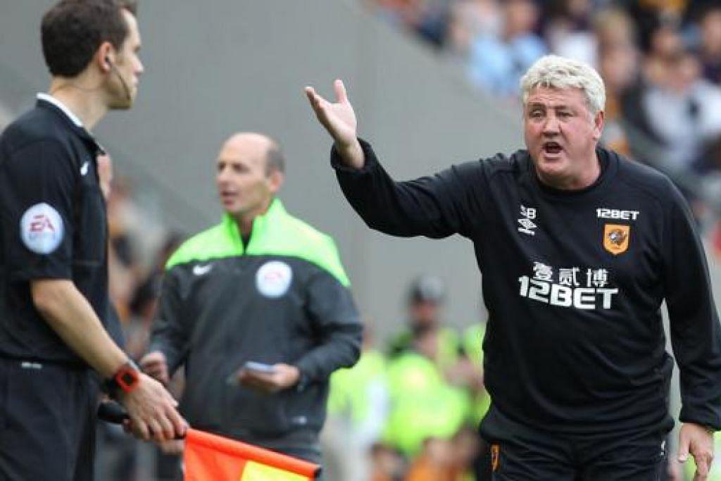 NAIK BERANG: Pengurus Hull, Steve Bruce (mengangkat tangan), tidak dapat menahan geramnya dan mengherdik pembantu pengadil selepas Stoke menjaringkan gol penyamaan beberapa saat selepas diberi lontaran ke dalam oleh pengadil, walau bola terkena pemain Stoke sebelum melantun keluar. - Foto AFP