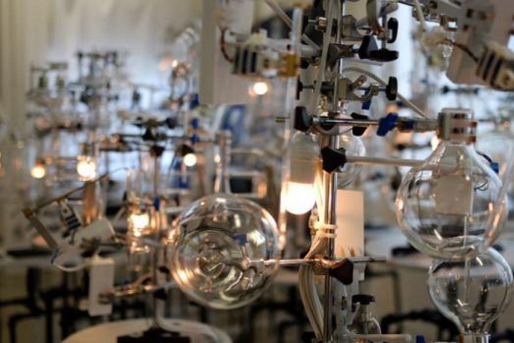 ARCA MUZIKAL: Arca yang diberi judul 'No Substance' ini diperbuat daripada 25 barangan kaca yang boleh mengalunkan 127 nota muzik. - Foto TEATER EKAMATRA