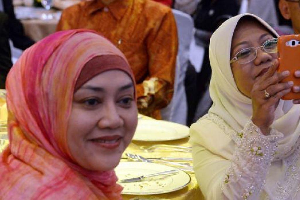 SERONOK MERAIKAN PENERIMA ANUGERAH: Hadirin majlis Anugerah Jauhari tidak melepaskan peluang mengambil gambar. - Foto TAUFIK A. KADER