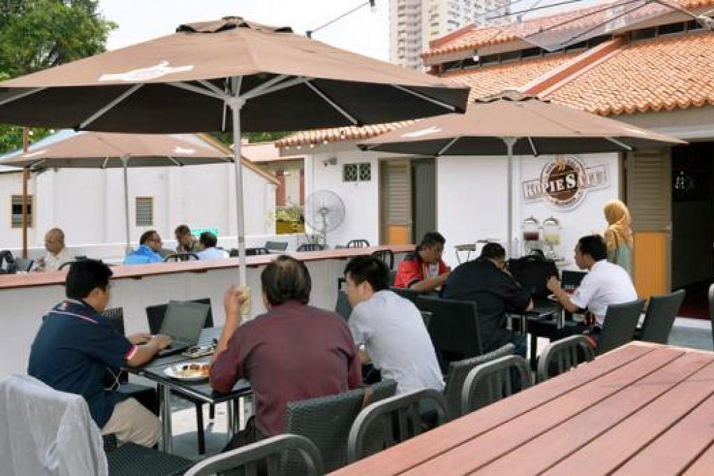 MENJAMU SELERA: Pengunjung boleh menjamu selera di restoran yang terletak di Agrobazaar selepas penat membeli-belah.
