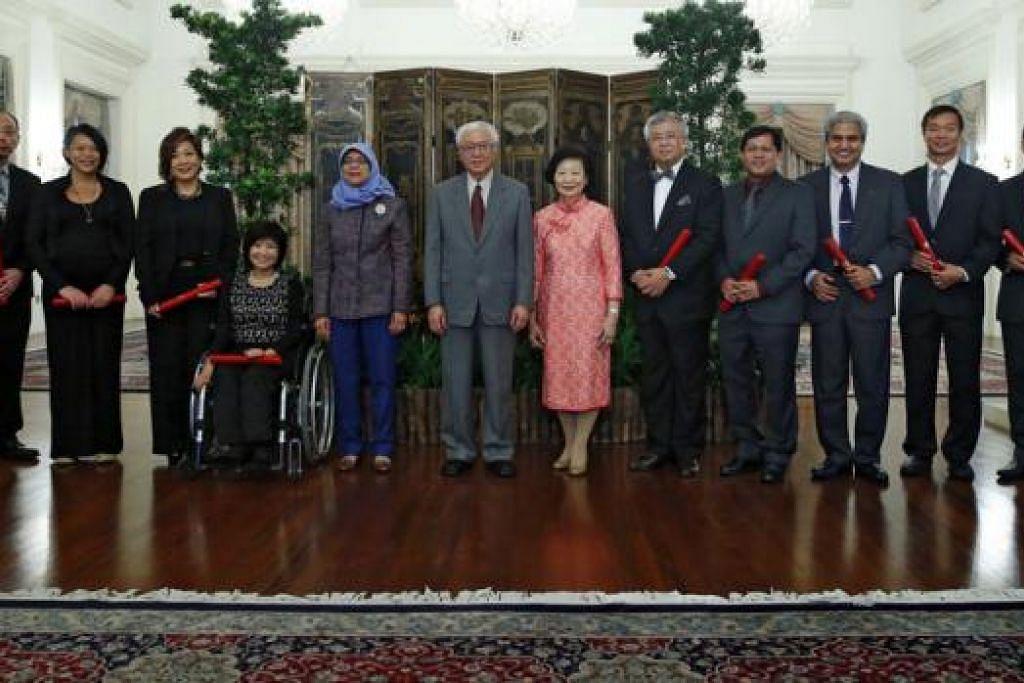 NMP BARU TERIMA WATIKAH PELANTIKAN: (Dari kiri) Profesor Madya Randolph Tan, Cik Kuik Shiao-Yin, Cik Rita Soh, Cik Chia Yong Yong, Speaker Parlimen Cik Halimah Yacob, Presiden Tony Tan dan isteri Cik Mary Tan, Encik Thomas Chua, Encik Ismail Hussein, Encik K. Karthikeyan, Dr Benedict Tan dan Profesor Tan Tai Yong merakam gambar kenangan di Istana semalam. - Foto THE STRAITS TIMES