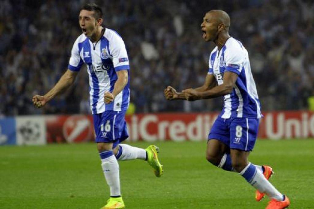 WIRA MERAIKAN GOL: Tunggak midfield Porto yang beraksi cemerlang bagi negaranya, Algeria, di Piala Dunia lalu, Yacine Brahimi (kanan), meraikan golnya dengan rakannya, Hector Herrera. - Foto AFP