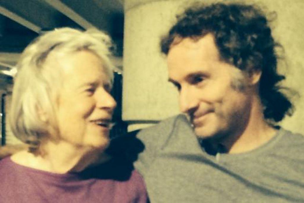 RAIKAN PEMBEBASAN: Encik Peter Theo Curtis (kanan) meraikan pembebasannya dengan ibunya, Cik Nancy Curtis, di Lapangan Terbang Boston Logan semalam. - Foto AFP