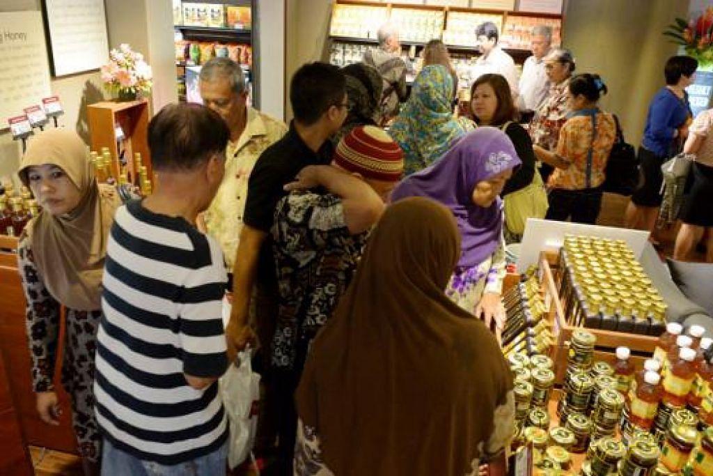 NIAGA CERGAS: Kedai Agrobazaar padat dengan pelanggan yang datang membeli-belah dan meninjau produk buatan Malaysia. - Foto TUKIMAN WARJI