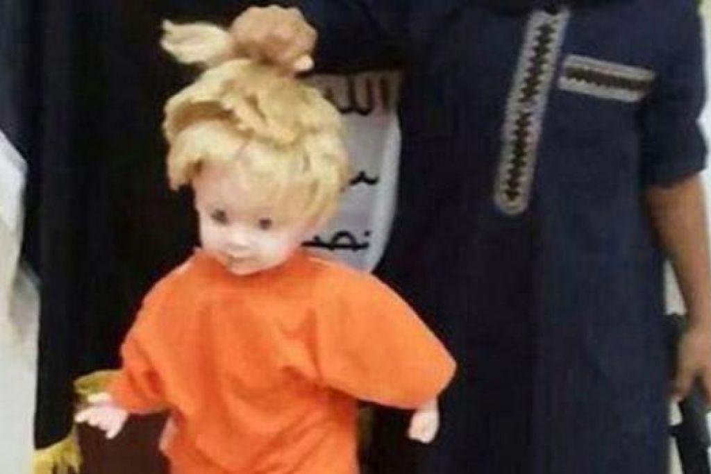 MEMBIMBANGKAN: Gambar menunjukkan seorang budak tidak dikenali - berpakaian serba hitam dan memegang pisau serta dilengkapi pakaian berperisai 'balaclava' - menjinjit rambut anak patung berwarna perang muda. - Foto INTERNET