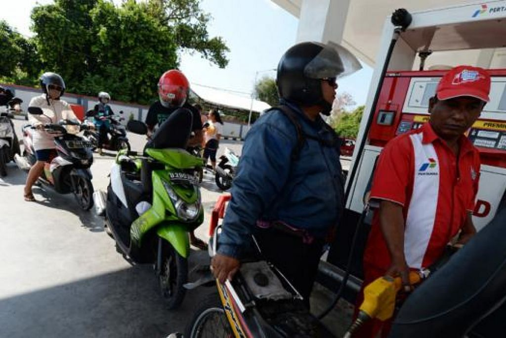 BERATUR PANJANG: Pelanggan terpaksa beratur panjang di stesen minyak PT Pertamina di Nusa Dua, Bali. Pertamina telah memutuskan membatalkan langkah menyekat bahan api bersubsidi kerana dasar itu menyebabkan pembelian panik dan pemandu beratur panjang di stesen minyak di seluruh negara. - Foto BLOOMBERG
