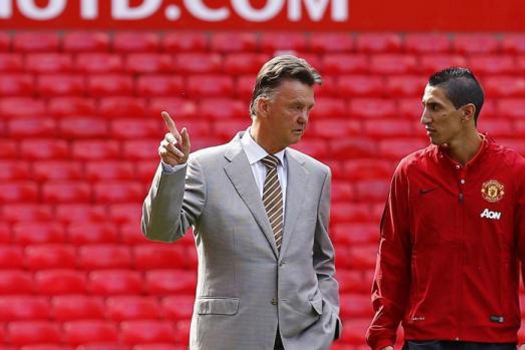 PENYELAMAT PASUKAN?: Bintang terbaru Manchester United, Angel di Maria, berbual dengan pengurusnya, Louis van Gaal, semasa diperkenalkan di Old Trafford kelmarin. - Foto REUTERS