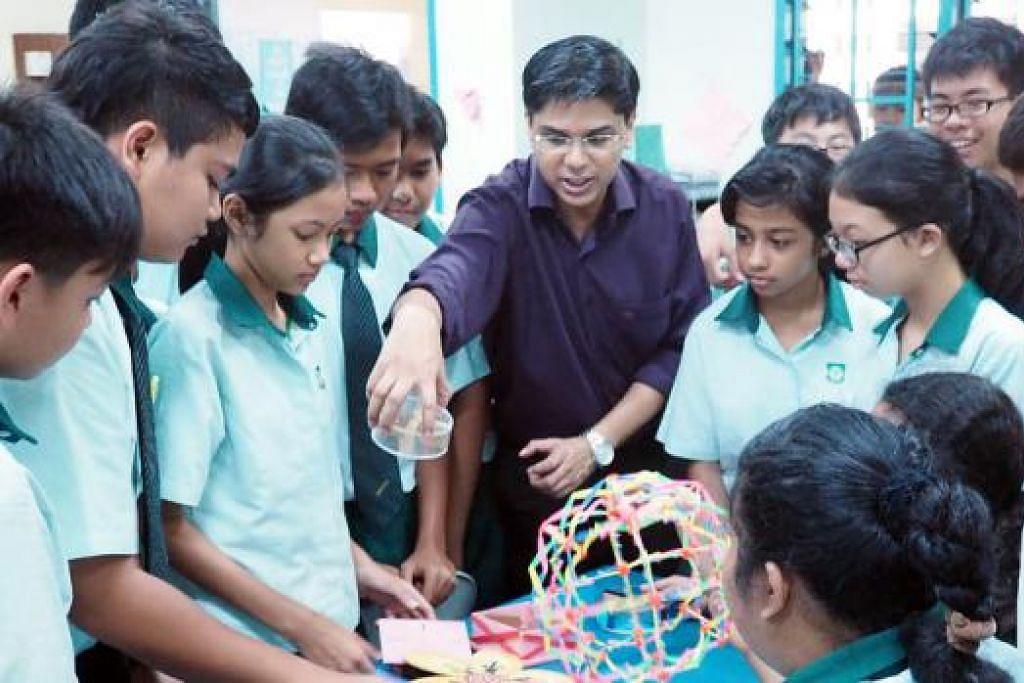 INSPIRASI BAGI PELAJAR: Dr Muhammad Nazir membawa silap mata dan permainan ke bilik darjah untuk merangsang minat pelajar dan membantu mereka mencapai potensi sebenar. - Foto-foto JOHARI RAHMAT