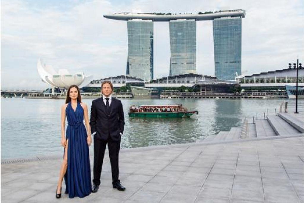 DARI LONDON KE SINGAPURA: Yang pertama tiba di Singapura, patung lilin Brad Pitt dan Angelina Jolie bergaya di hadapan bangunan One Fullerton (tidak kelihatan) dengan latar Marina Bay Sands. - Foto MADAME TUSSAUDS SINGAPORE