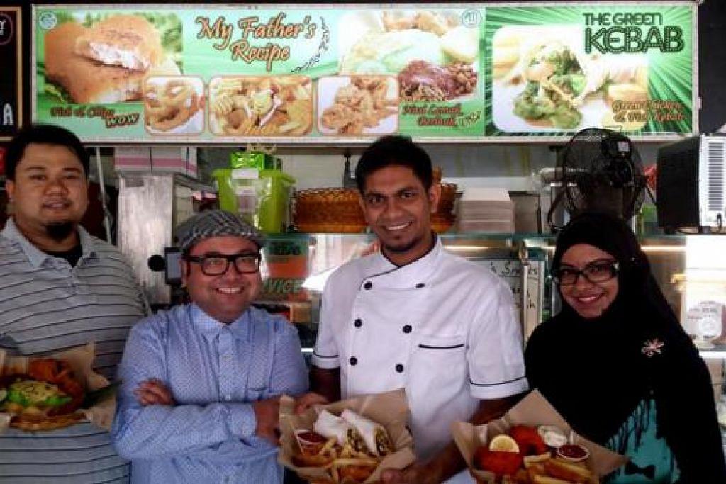 HARGA BERPATUTUN: (Dari kiri) Encik Ismam, bersama Cef Mel, Encik Mohd Anis dan Cik Fazlinah dengan hidangan popular masing-masing. - Foto KULINARY AFFAIRS