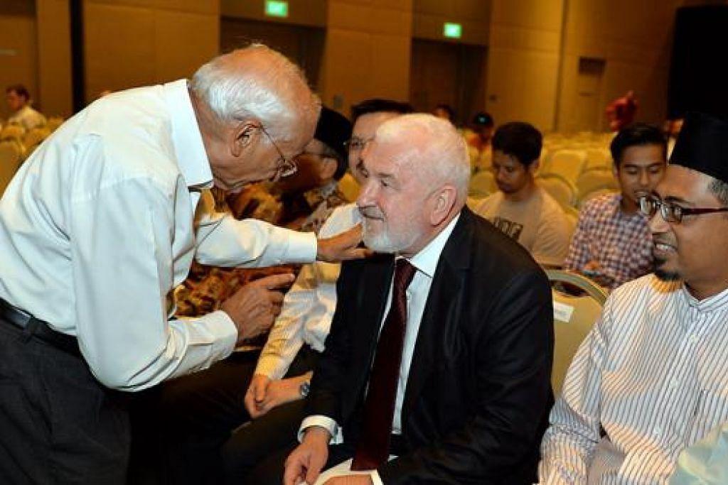 CERAMAH TENTANG ISLAM: Mufti Besar Bosnia-Herzegovina, Shaykh Profesor Mustafa Ceric (berbaju kot hitam), memberikan ceramah di Singapore Expo Max Atria malam tadi. Duduk di sebelah kirinya ialah Encik Mohamed Nassir. - Foto M.O. SALLEH
