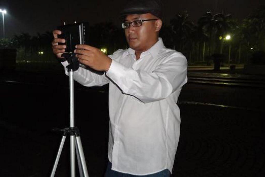 ENCIK UDAY HASSAN SAIDI: Mengawal dronnya untuk mengambil gambar Obor Tugu Monas pada waktu malam dan siang. - Foto UDAY HASSAN SAIDI