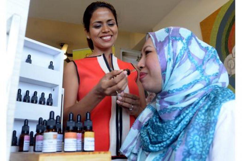 HARUMAN PERIBADI: Cik Prachi Saini (berbaju merah), pemilik Je'Taime Perfumery, sering menghasilkan wangian berdasarkan kesukaan dan pilihan pelanggan. - Foto TAUFIK A. KADER