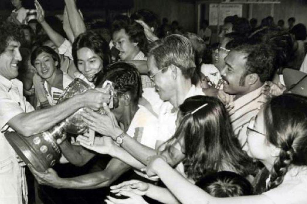 SETAHUN LEBIH MUDA: Samad baru menyambut hari jadi ke-64 - hanya setahun lebih muda - untuk layak menikmati Pakej Generasi Perintis. Skuad Singapura yang diketuai oleh Samad (kiri dalam gambar atas) disambut oleh peminat ketika tiba di Lapangan Terbang Payar Lebar bersama Piala Malaysia yang dimenangi pasukan Singapura setelah menewaskan Selangor 2-1 di Stadium Merdeka, Kuala Lumpur, pada 29 Jun 1980. - Foto TUKIMAN WARJI, fail