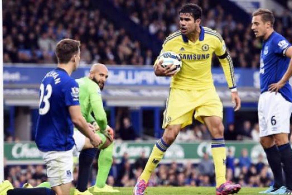 PENYERANG SEMPURNA?: Diego Costa (memeluk bola) menjaringkan dua gol untuk membantu Chelsea menundukkan Everton 6-3 dalam pesta gol di Goodison Park. Namun pengurus Everton Roberto Martinez mendakwa Costa kurang menghormati pemain lawan. - Reuters