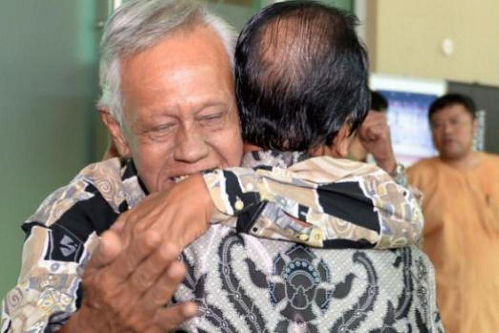 TERKENANG MASA LALU: Bekas pemain nasional Singapura, Mansor Yaakob (kiri) memeluk erat Haji Aziz Jumaat semasa bertemu di majlis perjumpaan Hari Raya Perses. - Foto ZAINAL YAHYA