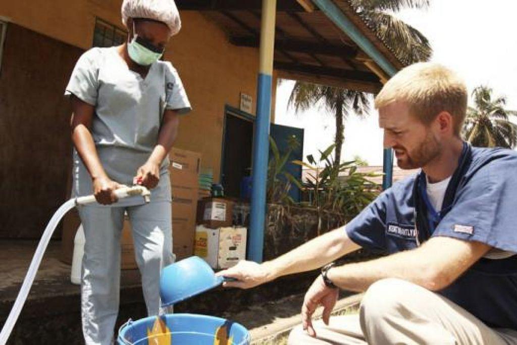 TERSELAMAT: Dr Kent Brantly (kanan), yang dipindahkan dari Afrika Barat untuk mendapatkan rawatan di Amerika Syarikat kini pulih sepenuhnya setelah menerima ubat percubaan ZMapp. - Foto SAMARITAN'S PURSE