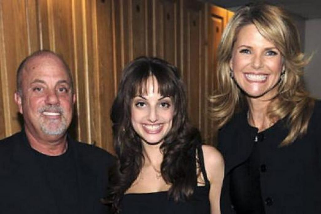 MASIH MESRA: Billy Joel dan bekas isterinya, Christie Brinkley (kanan), masih mengekalkan persahabatan akrab bahkan bertemu lagi di konsert Madison Square Garden, baru-baru ini. Bersama mereka di tengah adalah anak mereka, Alexa Ray Joel. - Foto MY DAILY NEWS