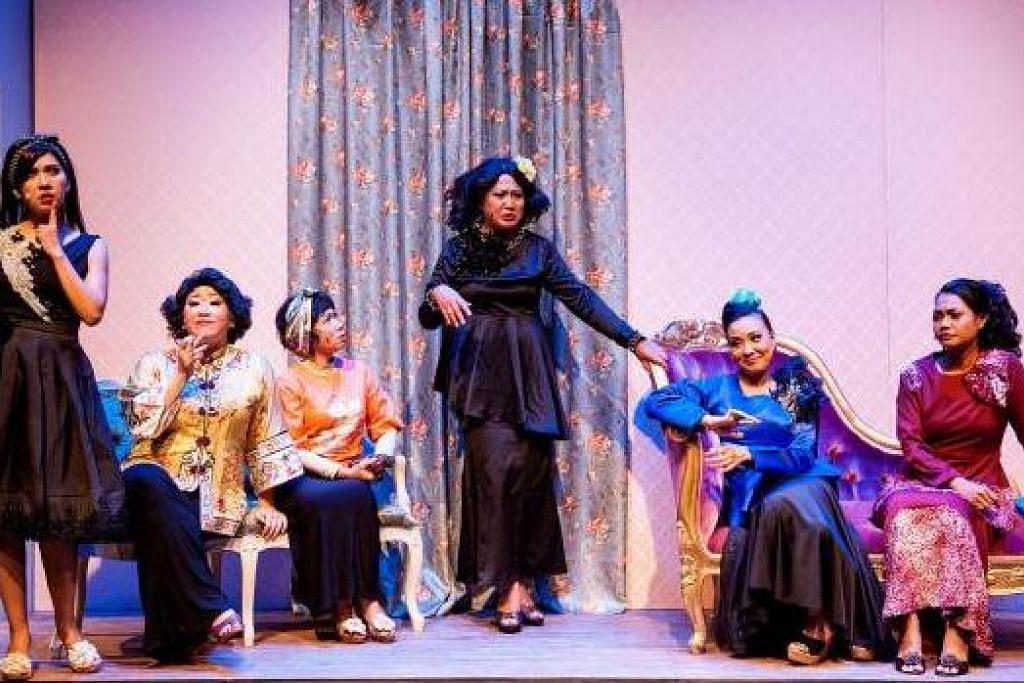 GAMAT: (Dari kiri) Marina Yusoff, Gloria Tan, Aminah Ahmad, Seri Wahyuni Jaes, Endang Rahayu Roslan dan Siti Hajar Gani menyerikan 'Wanita' dengan dialog-dialog selamba mereka mengenai masalah dan nasib wanita yang dicurangi dan dikhianati. - Foto ESPLANADE
