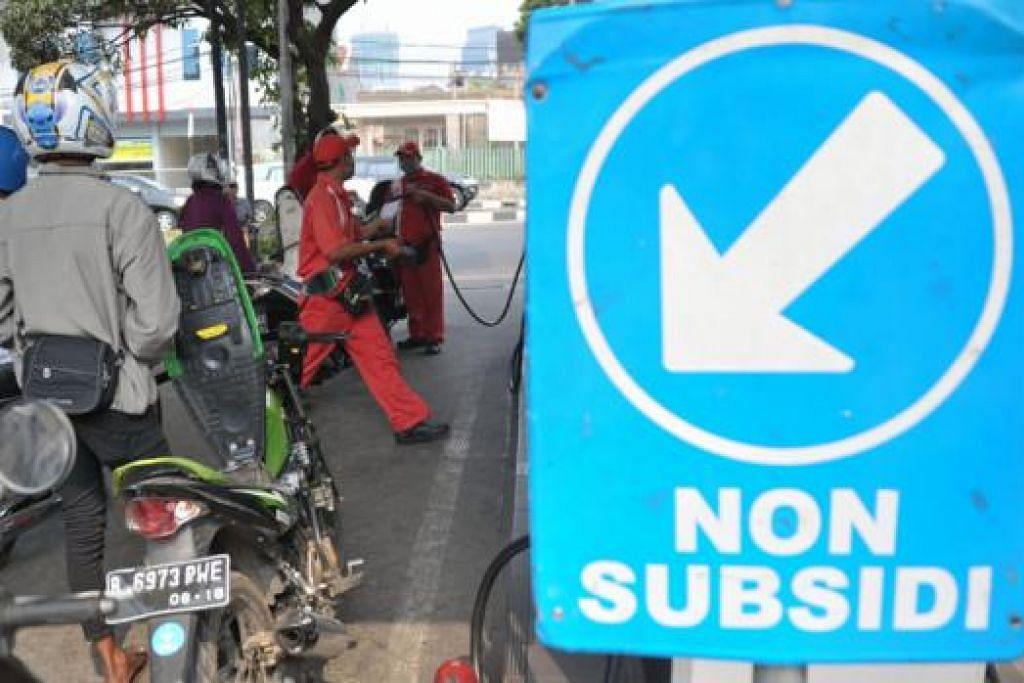 RAKYAT RASA BEBAN: Penunggang motosikal beratur bagi mengisi minyak tanpa subsidi di sebuah stesen minyak di Jakarta. - Foto AFP
