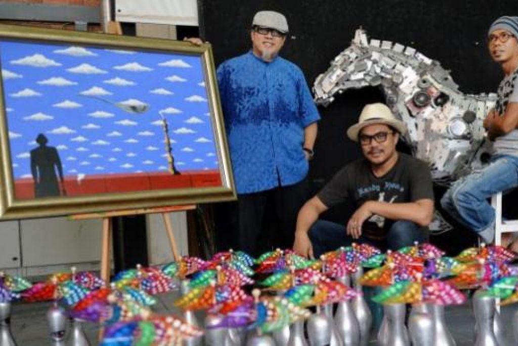 ILHAM MENDATANG: Tiga sekawan, (dari kiri) Encik Rosihan Dahim, Encik Adi Yadoni dan Encik Sunar Sugiyou, bertekad memasyarakatkan seni dan mendokumentasikannya bagi rujukan seniman akan datang. - Foto M.O. SALLEH