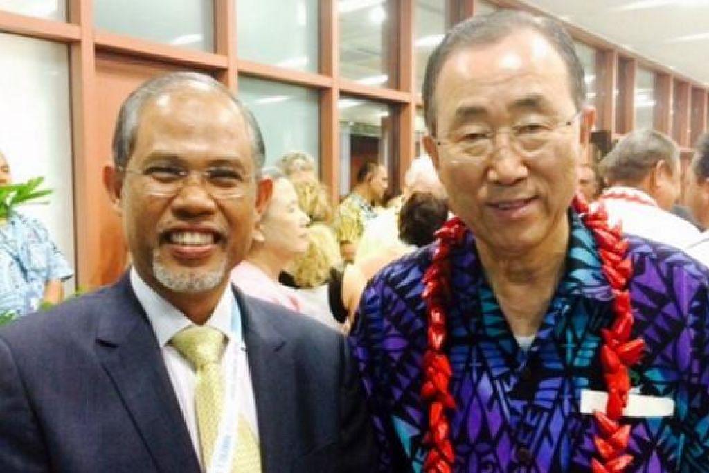BERTEMU DAN BERBINCANG: Encik Masagos (kiri) sempat menemui Setiausaha Agung PBB, Encik Ban Ki-moon, semasa menghadiri Sidang Antarabangsa di Samoa yang bermula kelmarin. - Foto MHA