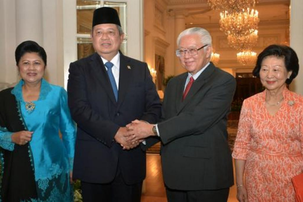 DISAMBUT MESRA: Presiden Singapura, Dr Tony Tan Keng Yam (dua dari kanan), menyambut mesra kedatangan Presiden Susilo Bambang Yudhoyono, ke Singapura di Istana, semalam. - Foto-foto THE STRAITS TIMES