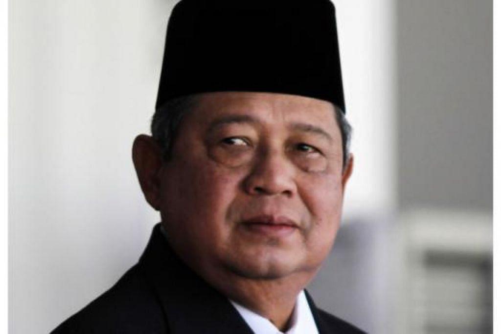 PENGHARGAAN TINGGI: Dr Yudhoyono semalam menerima anugerah Darjah Temasek (Kelas Pertama) daripada Presiden Tony Tan. - Foto REUTERS