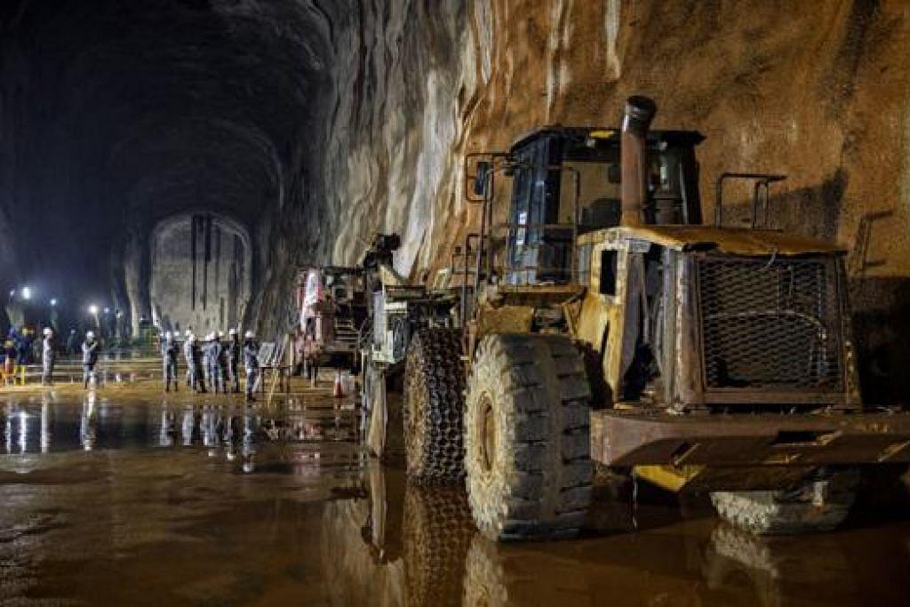 KERJA MASIH BERJALAN: Kelihatan jentera berat masih berada di gua bawah tanah itu menunjukkan kerja-kerja pembinaan masih terus dilakukan.