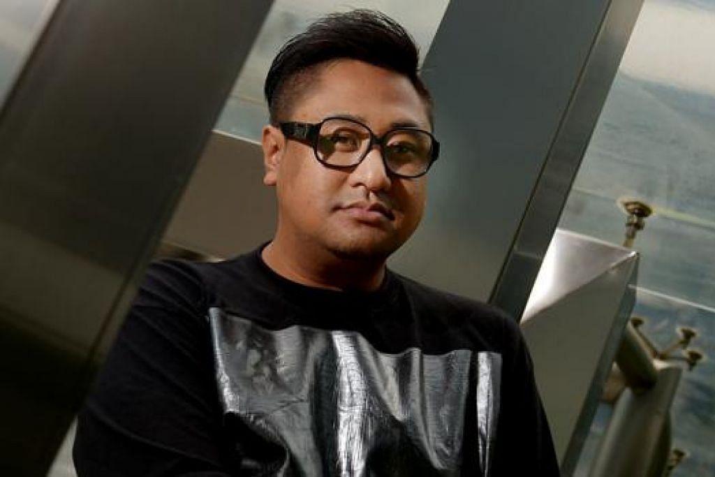 MAJUKAN SENI PERGERAKAN BADAN: Encik Ezzam Rahman ingin mendekatkan masyarakat Melayu dengan kesenian yang menekankan tentang pergerakan tubuh dan menyentuh isu-isu semasa. - Foto TUKIMAN WARJI