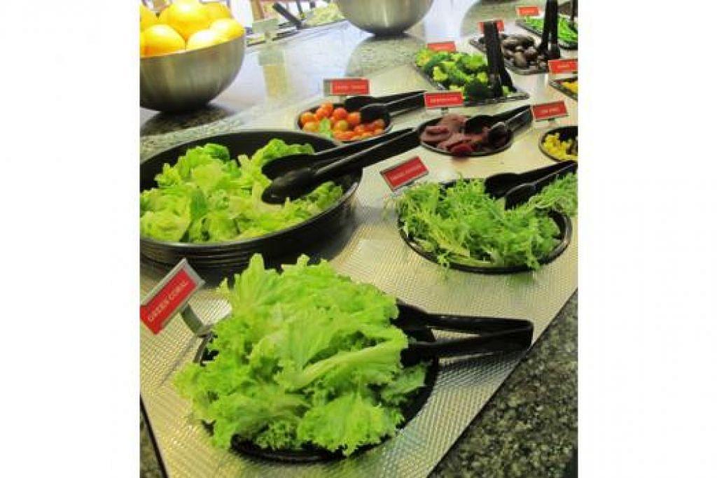 MAKANAN SIHAT: Dengan menyertai pertandingan makan salad, pembaca boleh menangi hadiah menarik. - Foto SEASONAL SALAD BAR