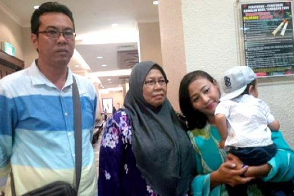 SAMAN POLIS DAN KERAJAAN: Cik Norizan Salleh (kanan) juga ditendang oleh pegawai polis hingga cedera. – Foto THE STAR