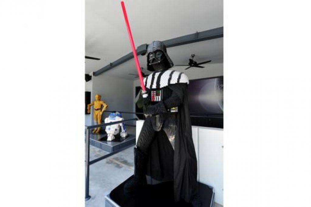 DARTH VADER: Model watak jahat setinggi 2.7 meter ini menjadi 'penyambut tamu' di pameran Star Wars di Legoland Malaysia.
