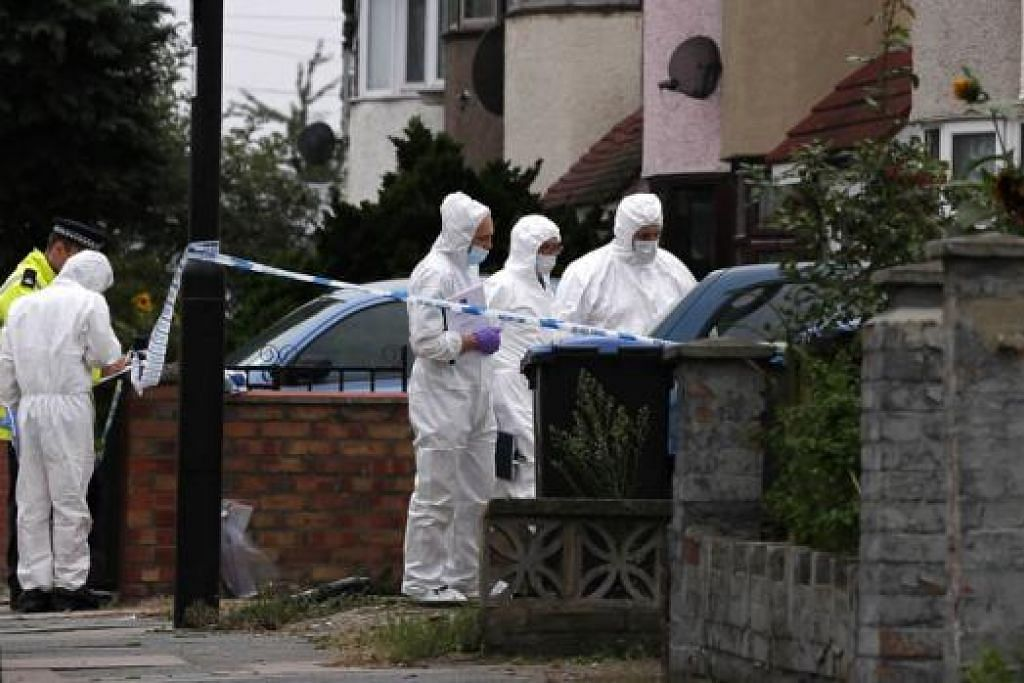 PEMBUNUHAN NGERI: Polis meneliti kawasan taman di mana mayat mangsa ditemui di bandar Edmonton, London. – Foto AFP