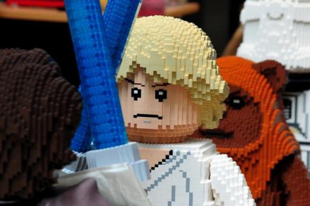 ADIWIRA ANGKASA: Model watak Luke Skywalker antara banyak watak yang dipamer.