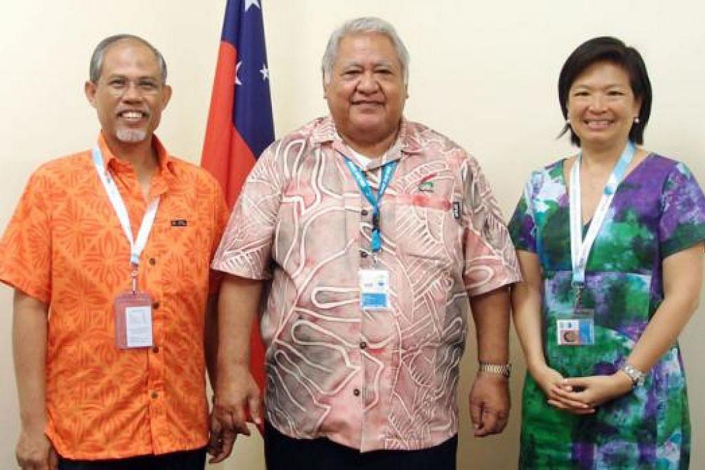 ERATKAN HUBUNGAN: Encik Masagos (kiri) bergambar bersama Perdana Menteri Samoa, Encik Tuilaepa Aiono Sailele Malielegaoi, dan wakil tetap pengerusi bersama Jawatankuasa Persiapan Persidangan Singapura, Cik Karen Tan. - Foto MFA