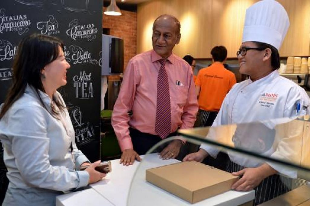 'PUSAT' LATIHAN AMALI: Setiausaha Agung MDIS, Dr R. Theyvendran (tengah), meninjau Brew and Bites Cafe yang dibuka di MDIS untuk pelajar Sekolah Pelancongan dan Pelayanan menjalani latihan amali. Beliau diberi taklimat oleh Ketua Sekolah tersebut, Cik Carol Pillai, dan Cef Khairul Hussein (kanan) yang mengendalikan kafe tersebut. - Foto M.O. SALLEH