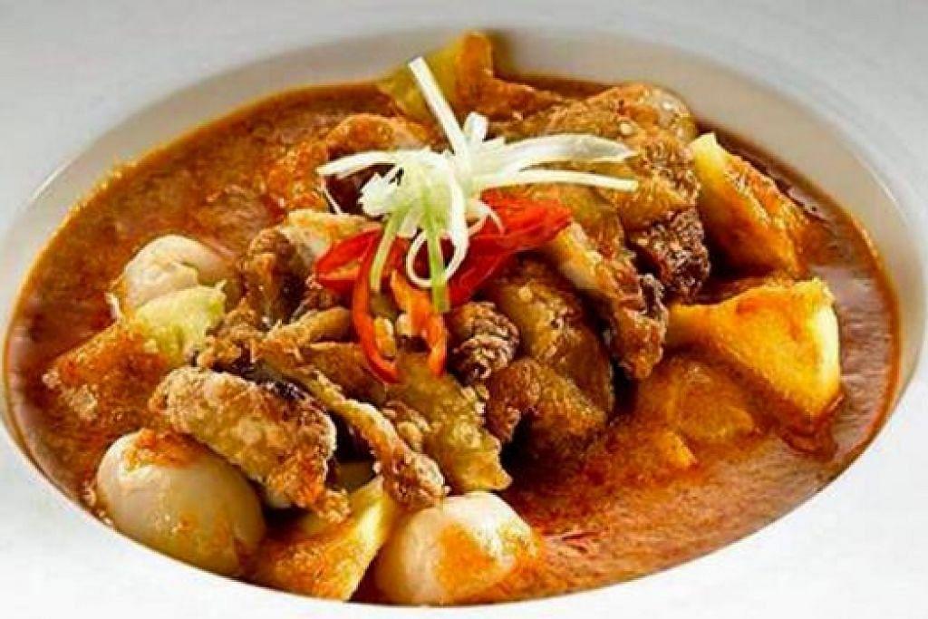 RASA UNIK: Red Curry ayam dan buah-buahan tropika mempunyai rasa unik gabungan atau fusion kari merah Thailand dengan ayam percik. – Foto-foto KULINARY AFFAIRS