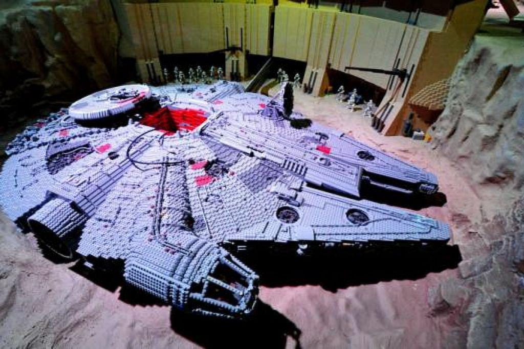 MILLENIUM FALCON: Model Lego kapal angkasa watak Han Solo ini yang terbesar boleh 'terbang' setinggi semeter. Ia dibina di Jerman. - Foto-foto LEGOLAND MALAYSIA