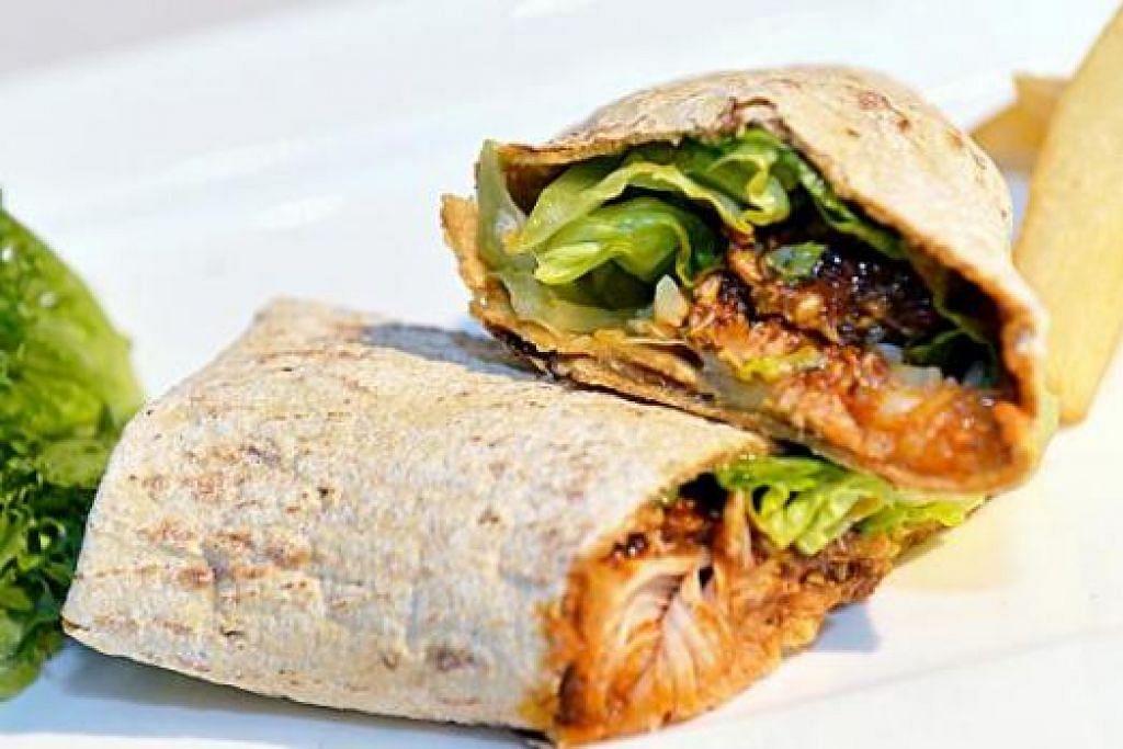 BEREMPAH: Roti pita berintikan rendang ayam dan mangga.