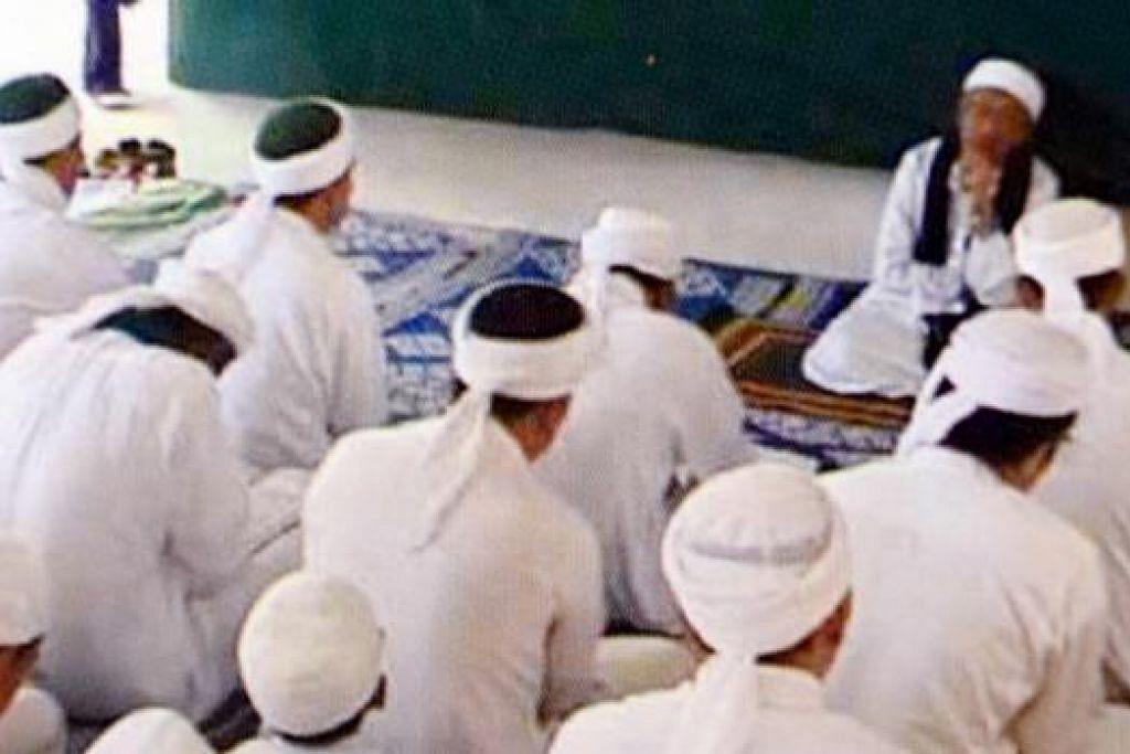 BERPENDIRIAN TEGAS: Kiai Kassim semasa mengetuai bacaan maulud bersama pelajar.