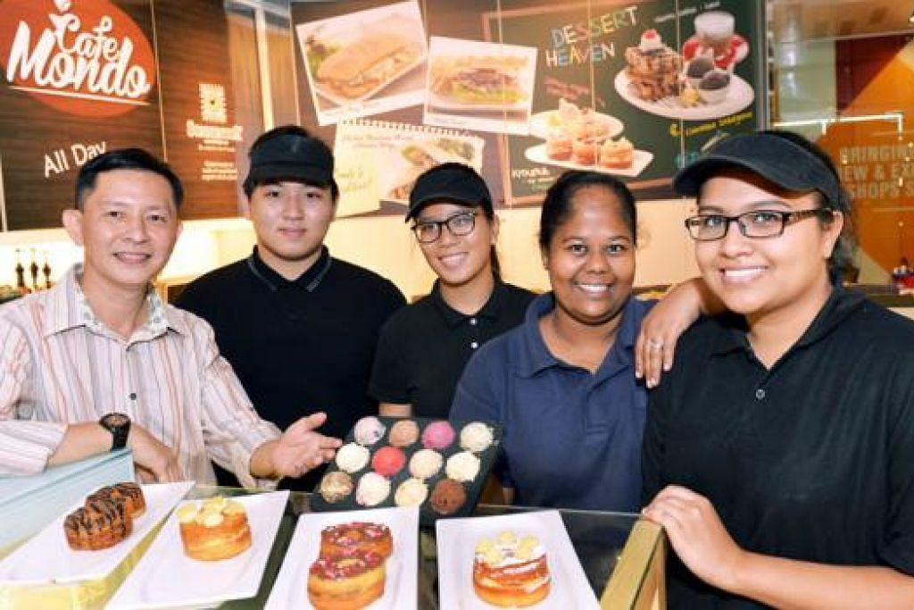 MENYAJIKAN KELAINAN: Pemilik Cafe Mondo, Encik Selwyn Gregory Sng (kiri), gigih menyuntik kreativiti dalam hidangan yang disajikan, dibantu penyelianya, Cik Widayawati Ja'afar Sidek (dua dari kanan). Di sisi mereka ialah pekerja-pekerja lain, Cik Nisha Ismail (kanan), Cik Leong Yi Wei (tengah) dan Encik Javier Yap (dua dari kiri). – Foto-foto KHALID BABA