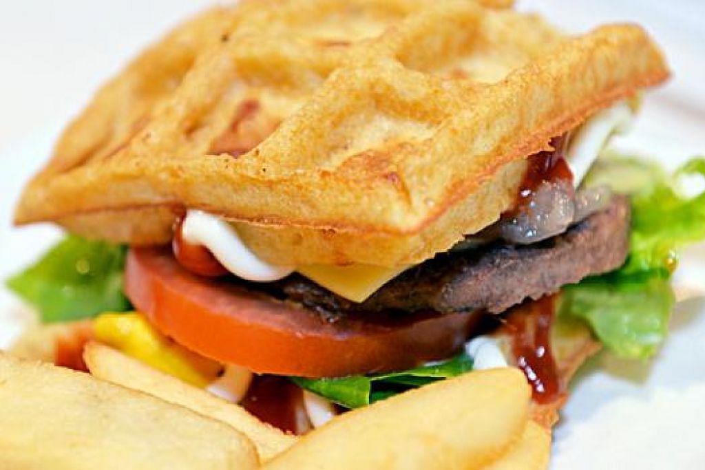 SEDAP DIMAKAN: Dua kepingan wafel dimuatkan dengan inti daging dan sayur-sayuran.