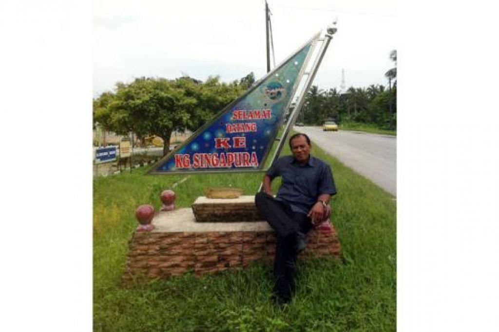 MERAKAM SEJARAH: Penulis bergambar di papan tanda Kampung Singapura di Tanjung Sedili, yang kini hanya tinggal nama. - Foto-foto SAINI SALLEH