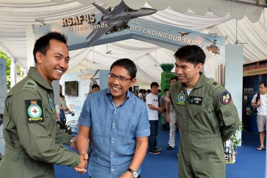 KEBANGGAAN MASYARAKAT: Dr Mohd Maliki (tengah) berkongsi rasa gembiranya melihat pencapaian dua juruterbang Melayu - Kapten Muhammad Azlan (kiri), juruterbang helikopter Super Puma, dan Kapten Muhammad Iskandar, juruterbang jet F-15SG. - Foto M.O. SALLEH