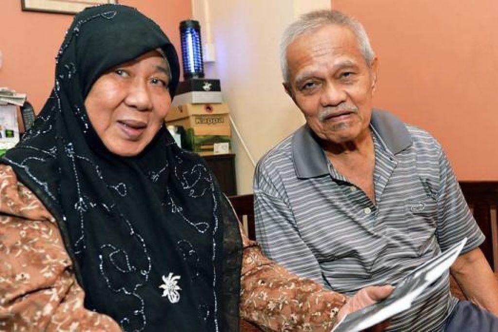 HUJAN EMAS DI NEGERI ORANG HUJAN BATU DI NEGERI SENDIRI: Haji Jalil dan isterinya, Hajah Zainon, selesa berehat di flat mereka di Woodlands sambil melihat gambar rumah mereka yang dibina di atas tanah milik sendiri seluas tujuh ekar di Tanjong Sedili, Johor.