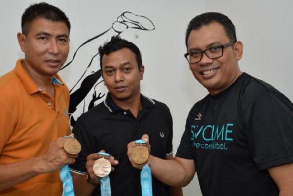 PENCAPAIAN MEMBANGGAKAN: Tiga serangkai Singapura (dari kiri) Shamsaimon Sabtu, Sharil Abdul Shukor dan Mohamad Fami Mohamed, menunjukkan pingat gangsa yang dimenangi mereka semasa beraksi di Sukan Asia Busan, Korea Selatan, pada 2002. - Foto MOHAMAD FAMI MOHAMED