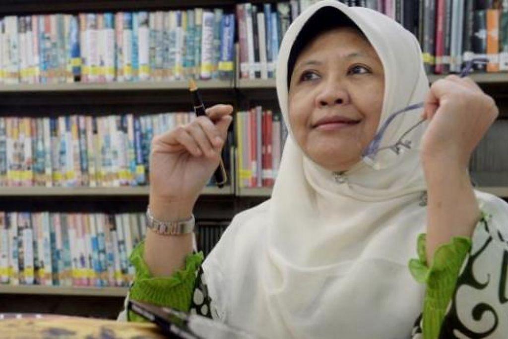 SANJUNGI SASTERA MELAYU SINGAPURA: Penulis setempat, Cik Wan Jumaiah Mohd Jubri, berharap pihak sekolah dapat mengadakan sesi membaca dan membincang sastera Melayu buat pelajar. - Foto TAUFIK A. KADER