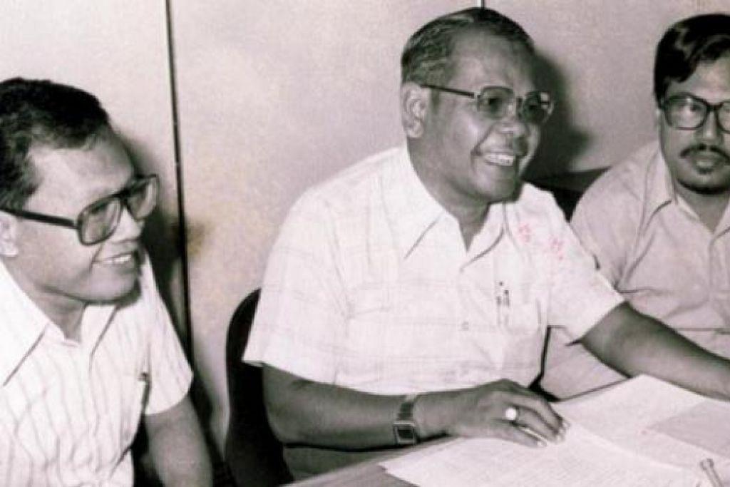 BERSAMA DUA PENYUNTING: Cikgu Muhammad Ariff (editor, tengah) bersama Selamat Omar (kiri) dan Mohd Gani Ahmad (sasterawan Megadona) yang menghasilkan majalah 'Mekar' yang terbit pada 1980 dan berakhir Januari 1981 kerana masalah kos. - Foto ihsan DR MUHAMMAD ARIFF AHMAD.